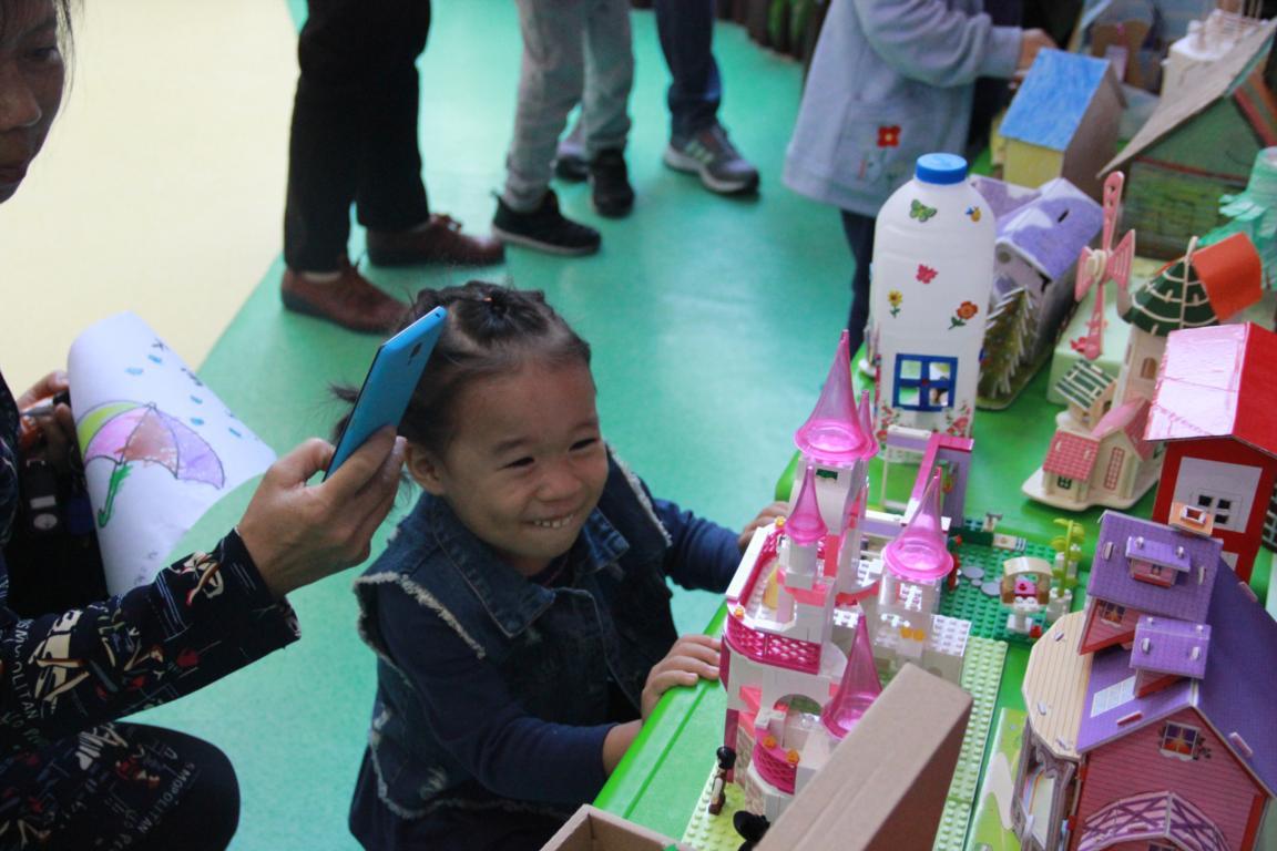 为了激发幼儿手工制作的兴趣和尝试探索的欲望,进一步增强亲子间的互动性与合作性,天桥区幼教中心实验幼儿园于10月13日和14日在幼儿园一楼大厅举行了为期两天的亲子创意手工展览。 本次展览分为 百花盛开、交通工具、动物世界、建筑物 四个主题,无论是选材还是制作都赋予创意。精美的手工制作是在家长和孩子的共同努力下结出的累累硕果。孩子们和爸爸、妈妈一起剪剪、贴贴,每件作品都凝结着孩子的童心,承载着孩子们的梦想。 在家长和孩子共同搜集材料、共同制作作品的过程中,不但促进幼儿的动手能力的发展,开拓了